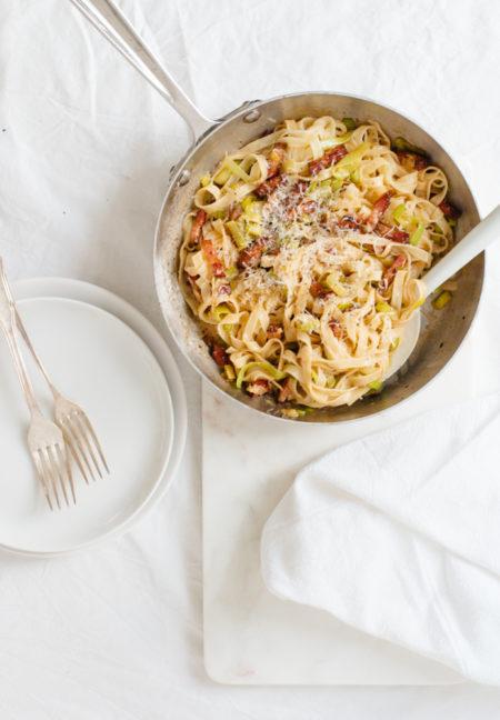 Einfaches Rezept für Pasta mit Lauch und Speck