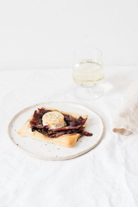 Blätterteig-Tartelettes mit karamellisierten Zwiebeln und Ziegenkäse